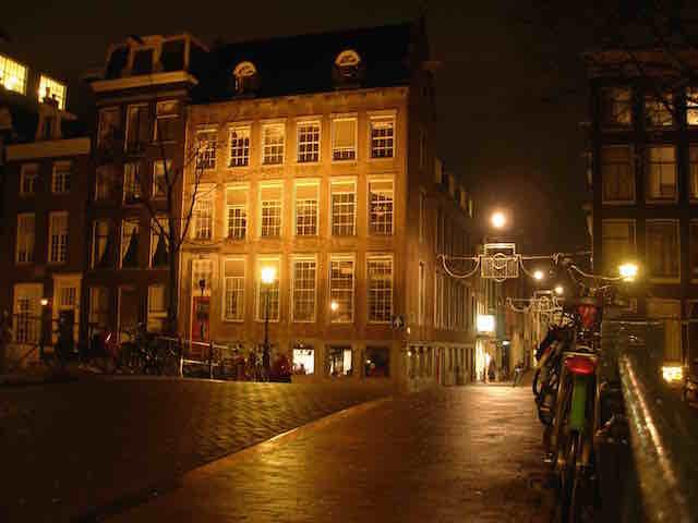 Une rue déserte la nuit